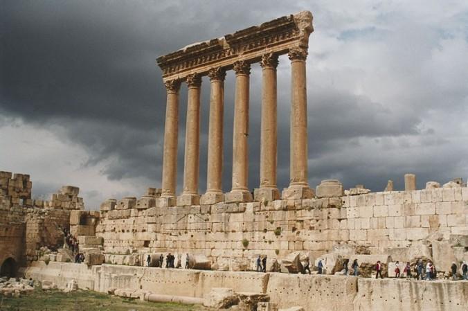 Mga haligi ng Baalbek. Retrato mula sa Wikimedia Commons.