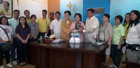 Si Huadu Cai, alyas Pauline Chiong, katabi ni Mayor Vilma Dimacuha.