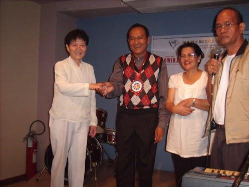Si Huadu Cai, alyas Pauline Chong, kasama sina Ricky Ursua ng DWDD 1134, dating KWF Kom. Carmelita Abdurahman, at ang yumaong peryodistang Andy Beltran.